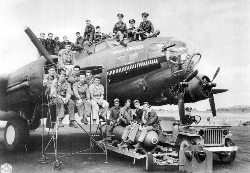 Boeing_B-17F-25-BO_Fortress_42-24577_Hells_Angels
